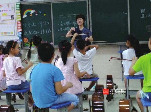 咸宁实验外国语学校学生暑期集训练乐器