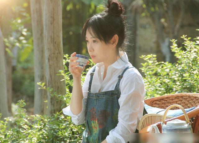 51岁刘若英状态年轻,丸子头配涂鸦风背带裤,拿锄头成活力少女