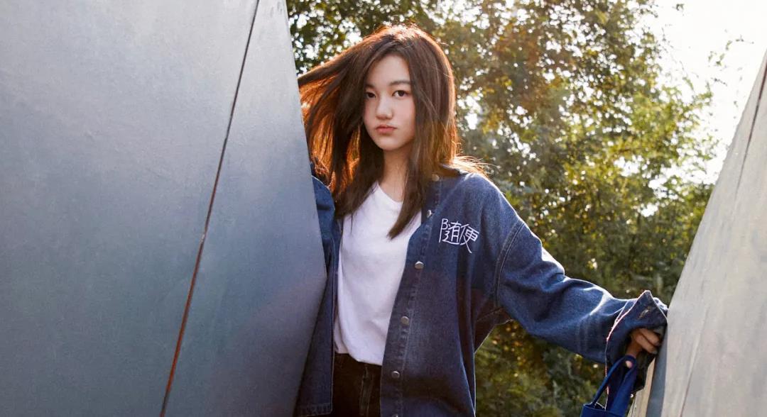 王菲女儿李嫣与好友开心聚会,穿吊带背心超时尚,好身材抢镜