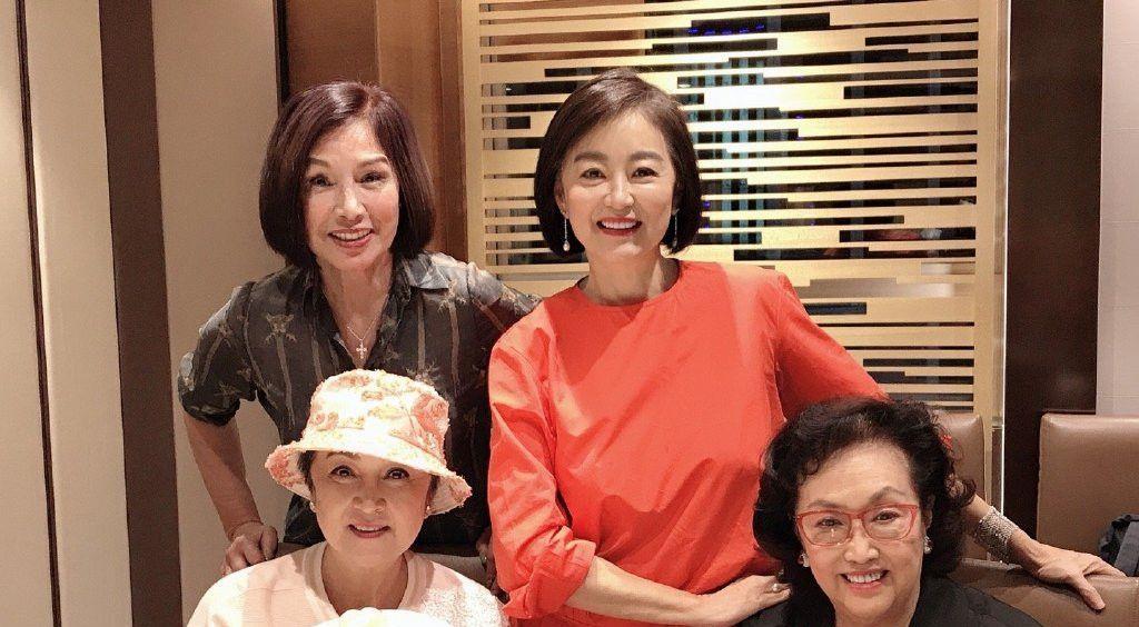 林青霞给好友庆生,67岁脸上皱纹真实不假,但穿红裙气质高雅!