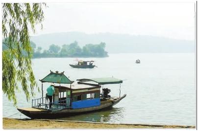 三湖连江风景区位于嘉鱼县城东南,因其由人工将原来的白湖,梅懈湖